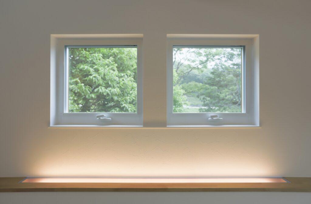 2階のリビングから見える2つの開閉可能な窓。絵画の様